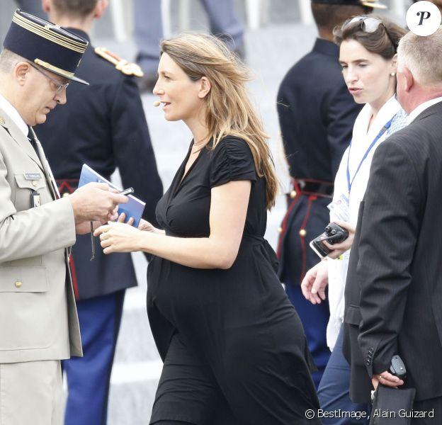 Anne-Claire Coudray, enceinte. Ce mardi 14 juillet, elle commentait en direct sur TF1 le défilé de la Fête nationale française. A Paris.
