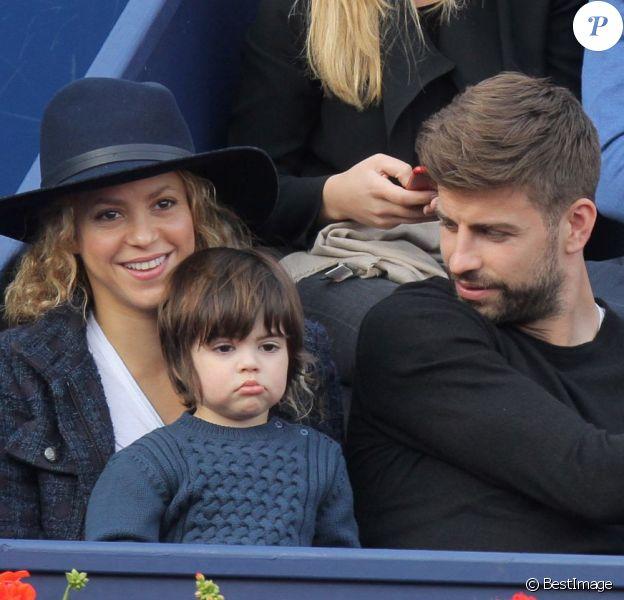"""Gerard Piqué, sa compagne Shakira et leur fils Milan assistent à un match de tennis lors du """"Trophée Conde Godo"""" à Barcelone, le 26 avril 2015."""