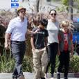 Exclusif - Brad Pitt et Angelina Jolie font du shopping au magasin Toy'R'Us avec leurs enfants Shiloh et Pax à Glendale, le 10 juillet 2015.