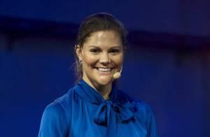 REPORTAGE PHOTOS : Qu'est-ce qui est tout bleu, a de grosses mains rouges et garde le sourire ? La princesse Victoria de Suède !