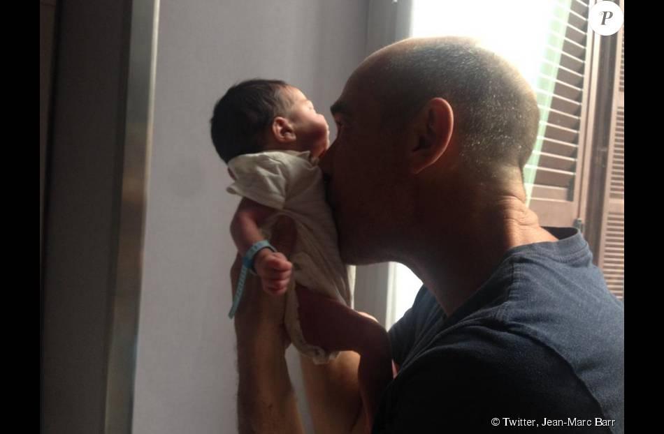 Jean-Marc Barr présente son premier enfant, Jude, né le 9 août.