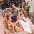 Serge Gainsbourg et Jane Birkin, avec Charlotte Gainsbourg et Kate Barry en 1977 à Saint-Tropez.