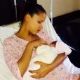"""Noémie Lenoir pose avec sa fille Tosca : """"Je suis une femme comblée grâce aux deux amours de ma vie. Kelyan et maintenant ma petite Tosca. Elle se porte bien, on vous embrasse tous très fort ! #naissance #birth"""""""