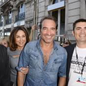 Jean Dujardin, chemise entrouverte et grand sourire : Il provoque la cohue !