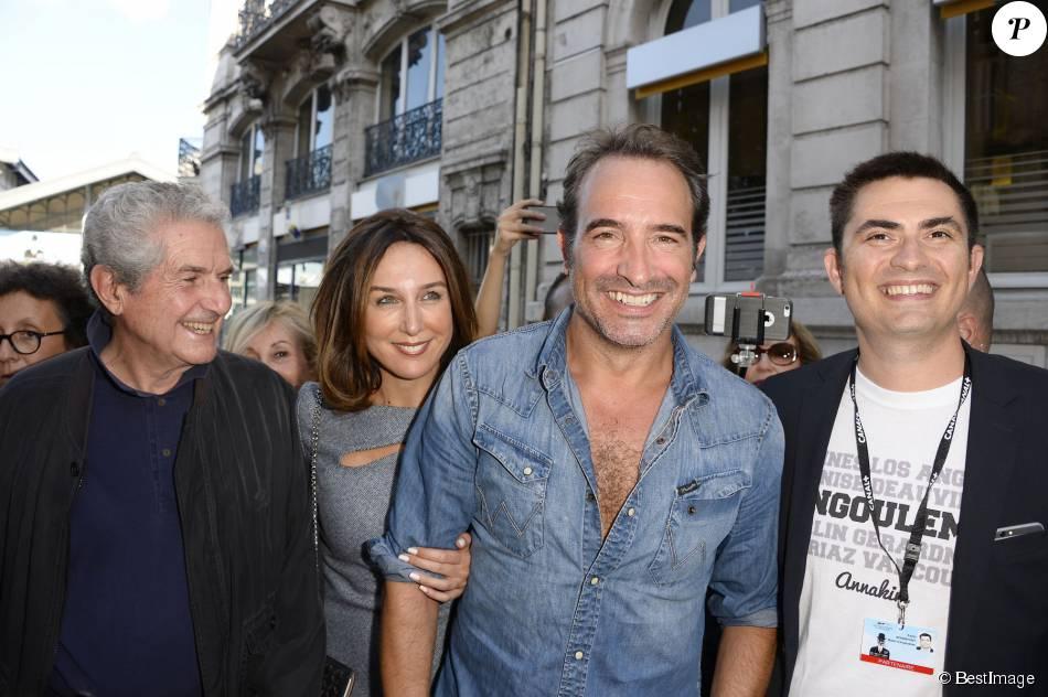 Jean dujardin chemise entrouverte et grand sourire il for Famille dujardin