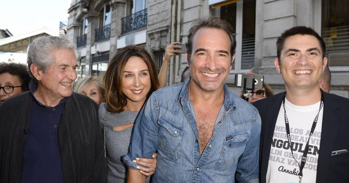 Jean dujardin chemise entrouverte et grand sourire il for Jean dujardin jules dujardin