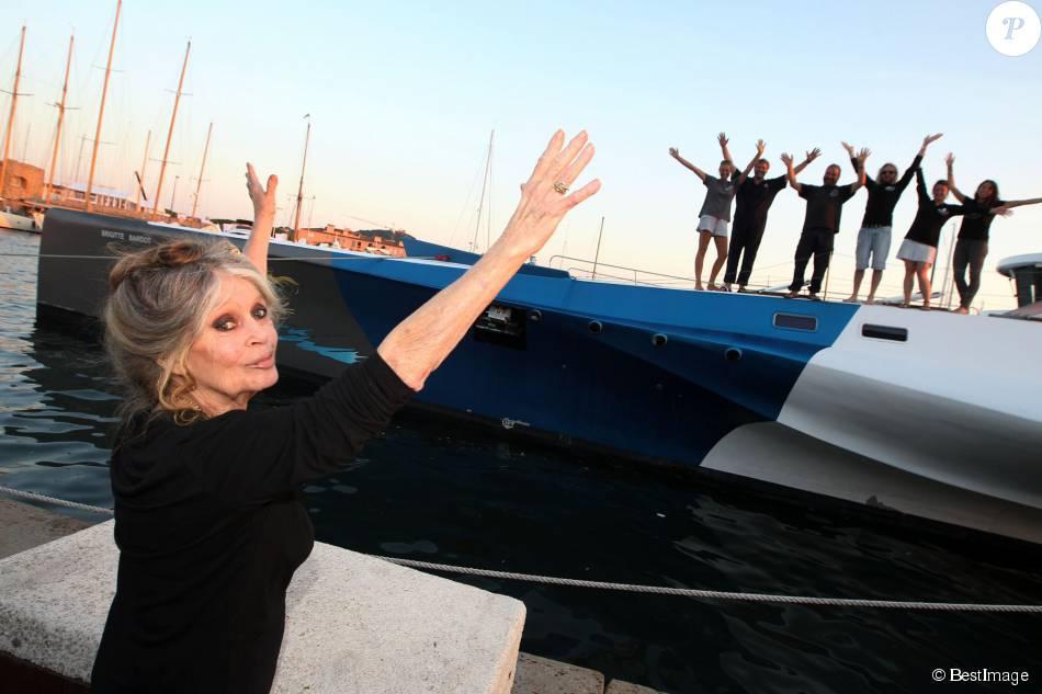 Exclusif - Brigitte Bardot pose avec l'équipage de Brigitte Bardot Sea Shepherd, le célèbre trimaran d'intervention de l'organisation écologiste, sur le port de Saint-Tropez, le 26 septembre 2014 en escale pour 3 jours à deux jours de ses 80 ans.