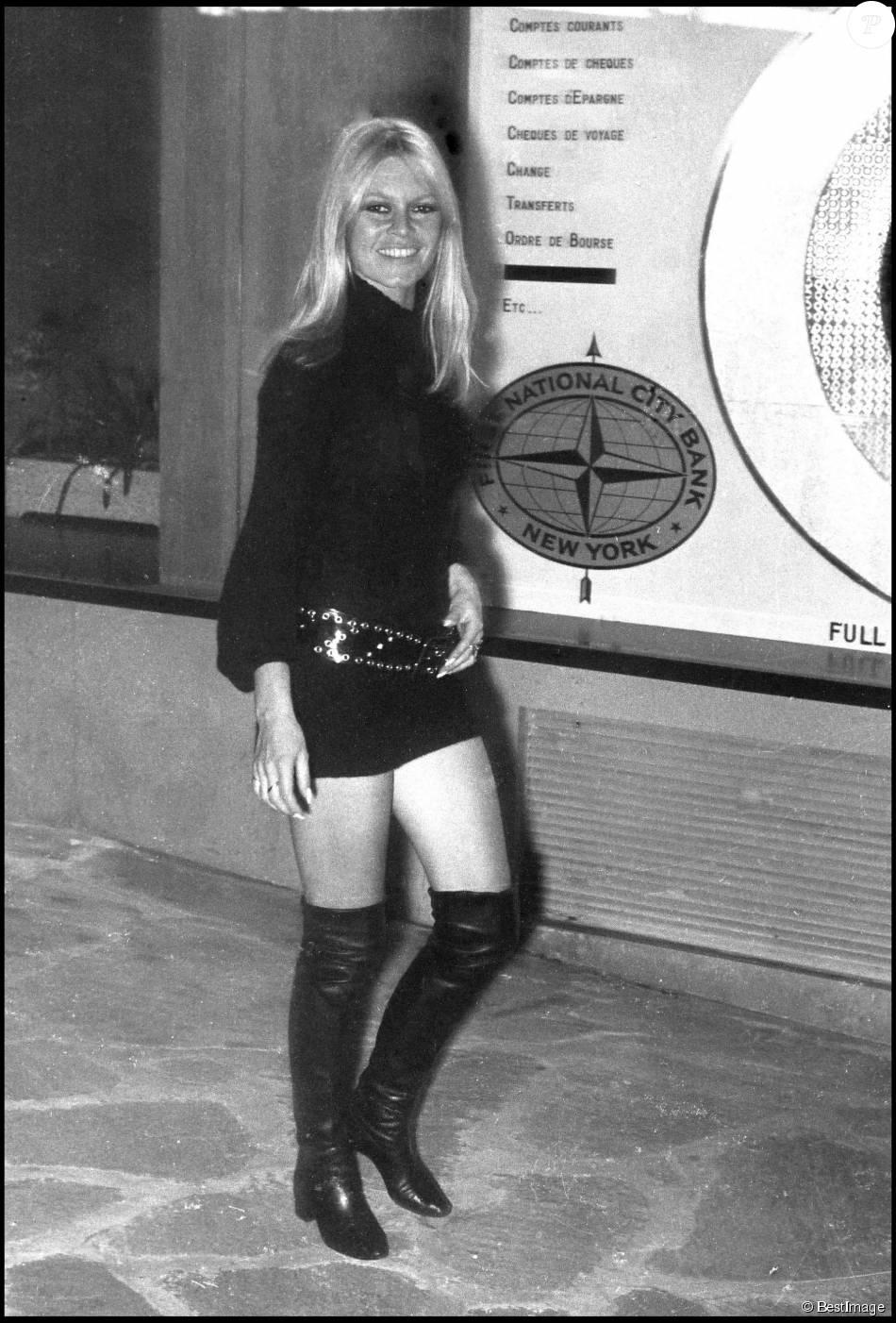 88377cc1d6fbcb Archives - Brigitte Bardot en mini jupe et cuissardes - Purepeople
