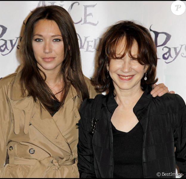 Laura Smet et sa mère Nathalie Baye lors de l'avant-première du spectacle Alice au pays des merveilles à Paris le 15 mars 2010