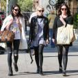 Emma Roberts se promènent avec des amis dans les rues de New York, le 1er mai 2015
