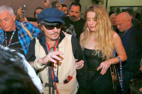 Johnny Depp, rockeur négligé, déchaîne les foules devant Amber Heard