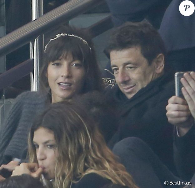 Patrick Bruel et sa compagne Caroline Nielsen lors de la rencontre entre le PSG et l'Olympique de Marseille au Parc des Princes à Paris le 4 octobre 2015