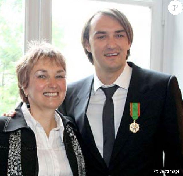 Cyril Lignac avait été fait Chevalier de l'ordre du Mérite Agricole le 11 mai 2009 devant ses parents. Sa maman Janine est depuis décédée, en 2014.