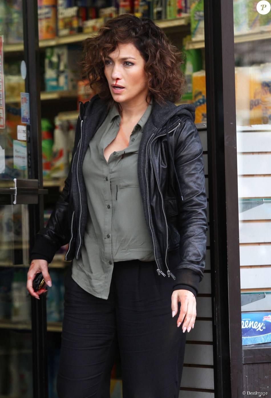 Jennifer Lopez, du sang et des cicatrices aux visages, sur le tournage de la série 'Shades of Blue' à New York, le 13 octobre 2015