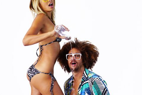 Redfoo: Shooting sexy avec des bombes, il a soif d'aventures !