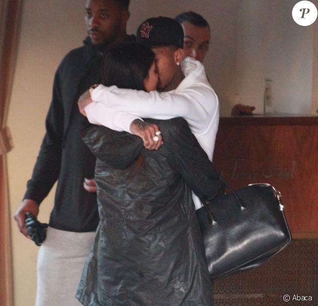 Kylie Jenner et Tyga s'embrassent à l'entrée de l'hôtel Sunset Tower. Los Angeles, le 22 octobre 2015.