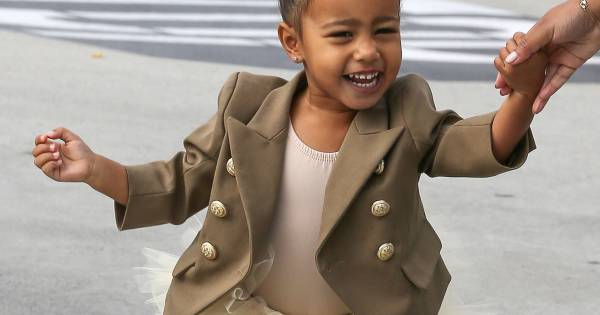 north west 2 ans la fille de kim et kanye casse les photographes tonn s. Black Bedroom Furniture Sets. Home Design Ideas