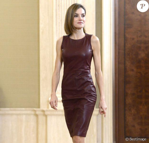 La reine Letizia d'Espagne, portant sa robe en cuir bordeaux Hugo Boss, assuraient deux audiences au palais de la Zarzuela à Madrid le 30 octobre 2015.