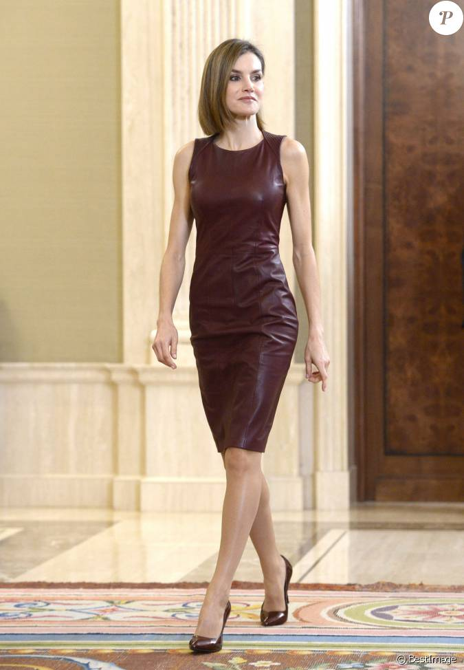 La reine letizia d 39 espagne portant sa robe en cuir for Code de robe de mariage de palais de justice