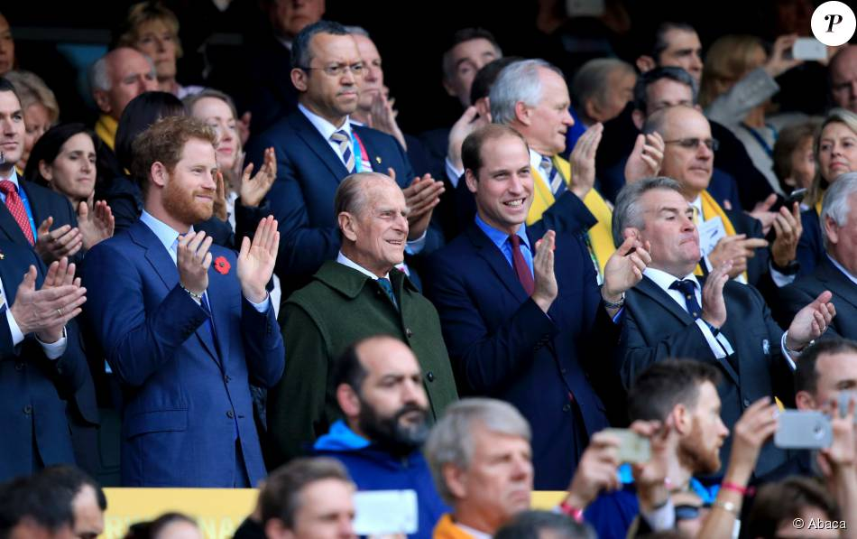 Le prince Harry, son frère le prince William et leur grand-père le du d'Edimbourg ont assisté à la victoire des All Blacks, lors de la 8e édition de la coupe du monde de rugby au Royaume-Uni, le 31 octobre 2015