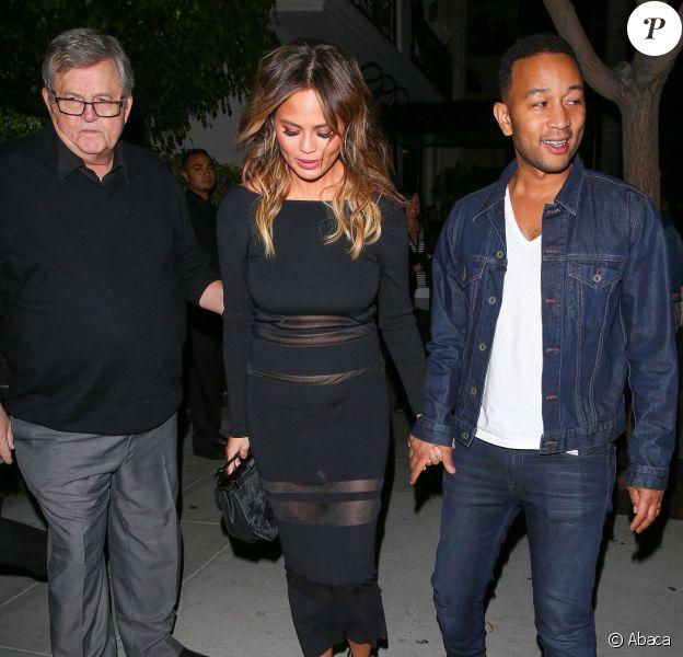 John Legend, son épouse enceinte Chrissy Teigen, la grand-mère du chanteur et le papa du mannequin quittent le restaurant Mastro's Steakhouse à l'issue d'un dîner en famille. Beverly Hills, le 4 novembre 2015.