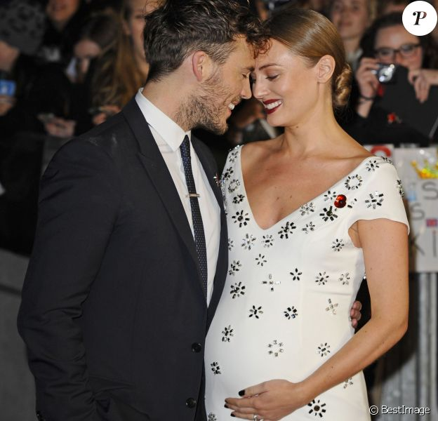 """Sam Claflin et sa femme Laura Haddock (enceinte) - Avant-première du film """"The Hunger Games - La Révolte : Part 2"""" à Londres Le 5 novembre 2015."""