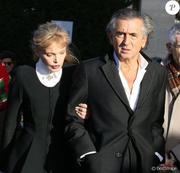 Arielle Dombasle et son compagnon Bernard-Henri Lévy - Hommage à André Glucksmann à la grande coupole du crématorium du cimetière du Père-Lachaise, à Paris, le 13 novembre 2015.