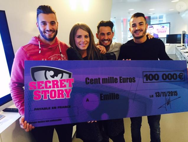 Emilie, grande gagnante de Secret Story 9, pose avec son chèque de 100 000 euros aux côtés de son jumeau Loïc, son boyfriend Rémi et Jonathan. Le 19 novembre 2015.