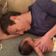 Marc Zuckerberg au comble de la joie avec sa petite fille Maxima âgée de deux semaines / photo postée sur Facebook, le 9 décembre 2015.