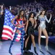 Taylor Hill, Selena Gomez (collier Silk Messika Haute Joaillerie) et Megan Puleri-Défilé Victoria's Secret à New York, le 10 Novembre 2015.