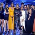 Le mannequin Martha Hunt, l'actrice Hailee Steinfeld, le mannequin Gigi Hadid, l'actrice Serayah, Taylor Swift, le réalisateur Joseph Kahn, le top model Lily Aldridge, l'actrice Mariska Hargitay et Karlie Klosssur la scène des MTV Video Music Awards, le 30 août 2015 à Los Angeles