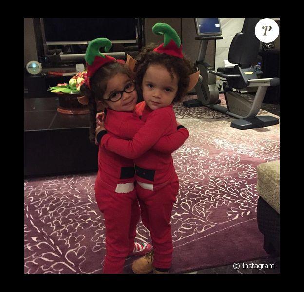 Monroe et Moroccan, les jumeaux de Mariah Carey et Nick Cannon, sont déguisés en elfe de Noël / photo postée sur Instagram au mois de décembre 2015.