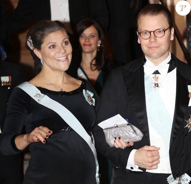 La princesse Victoria de Suède, enceinte, et le prince Daniel au gala de fin d'année de l'Académie suédoise, à la Bourse de Stockholm le 20 décembre 2015.