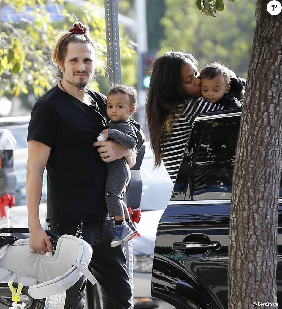 Exclusif - Zoe Saldana et son mari Marco Perego emmènent leurs enfants Bowie et Cy à l'hôpital pédiatrique à Los Angeles, le 3 décembre 2015. La famille est ensuite allée déjeuner au restaurant puis Zoe et Marco ont déposé les jumeaux à leur cours de gym.