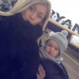 Stéphanie Clerbois et Lyam prennent la pose avant de monter dans l'avion. Novembre 2015.