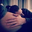 Aurélie Van Daelen au bord de l'accouchement. Son compagnon pose délicatement la tête sur son ventre arrondi. Décembre 2015.