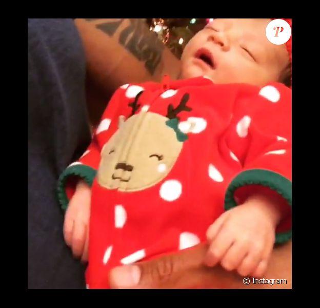 Dwayne Johnson a publié une vidéo sur Instagram le soir de Noël tandis qu'il chante pour sa fille Jasmine, venue au monde il y a une semaine. Le 24 décembre 2015.
