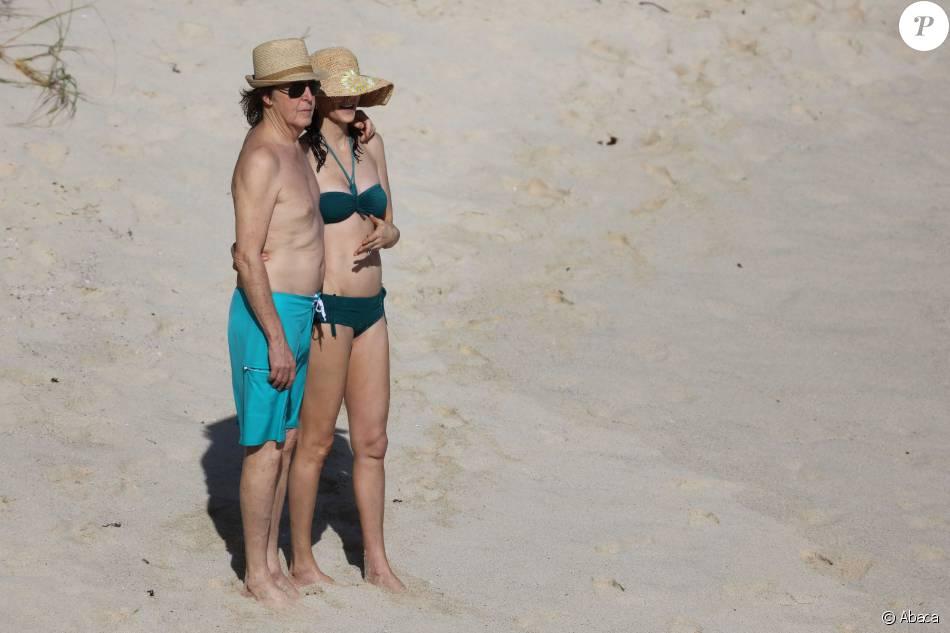 Sir Paul McCartney et sa femme Nancy Shevell sur une plage à St Barthelemy, le 27 décembre 2015