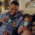 "Chris Brown et sa fille Royalty dans le clip de ""Little More (Royalty)"". Décembre 2015."
