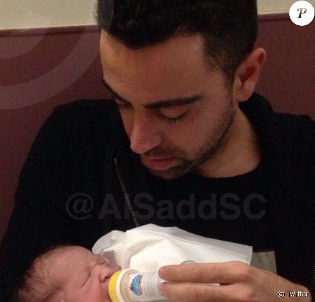 Xavi avec sa fille Asia, née le 3 janvier 2016 à Doha (Qatar).