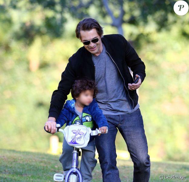 Olivier Martinez s'amuse avec son fils Maceo Martinez dans un parc à Los Angeles, le 31 décembre 2015.