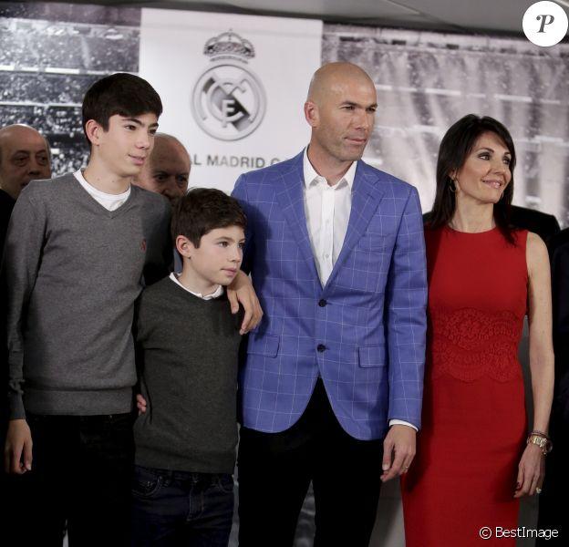 Zinédine Zidane entouré de sa famille lors de sa nomination en tant qu'entraîneur du Real Madrid au stade Santiago Bernabéu de Madrid le 4 janvier 2016.