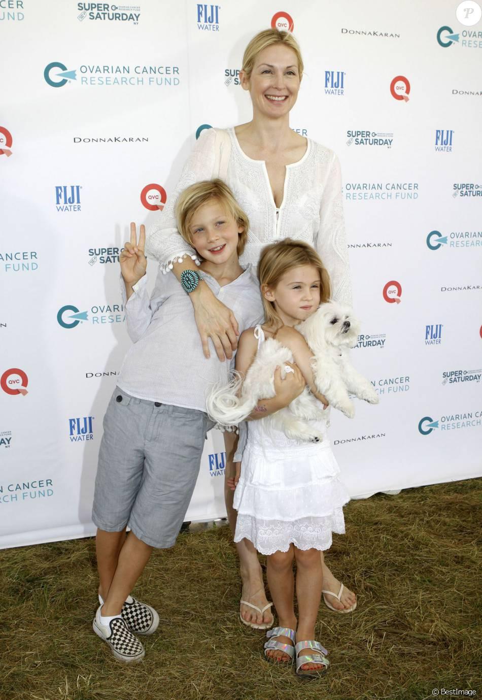 """Malgré la perte définitive de la garde de ses enfants, qu'elle a pour tout l'été en vacances, l'actrice Kelly Rutherford, son fils Hermes et sa fille Helena ont assisté à l'oeuvre caritative """"Ovarian Cancer Research Fund's Super Saturday"""" à Water Mill. Le 25 juillet 2015"""