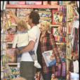 Gwen Stefani, son mari et son fils Kingston dans un magasin de jouets