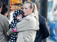 Anne V : Virée shopping avec son bébé, le top rayonne malgré le froid