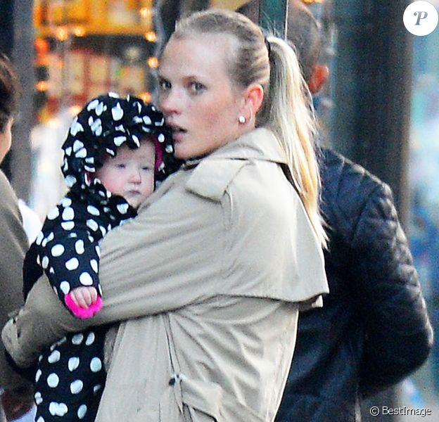 Exclusif - Anne V se promène avec sa fille Alaska dans les rues de New York, le 10 janvier 2016