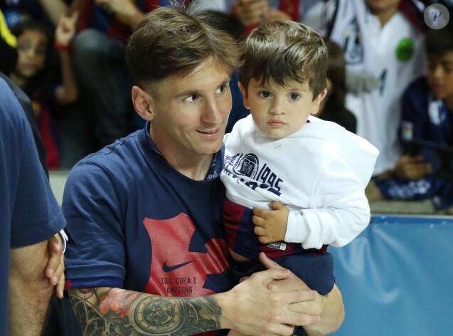 Lionel Messi et son fils Thiago après la victoire en Ligue des champions le 6 juin 2015 à Berlin