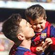 Le footballeur Lionel Messi et son fils Thiago - Les joueurs du FC Barcelone posent avec leurs enfants avant le match contre le Rayo Vallecano à Barcelone, le 8 mars 2015.