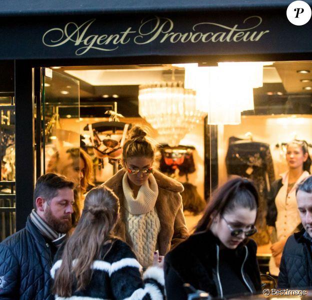 """Gigi Hadid et sa soeur Bella Hadid quittent le magasin de lingerie """"Agent Provocateur"""" à Paris le 21 janvier 2016. © Cyril Moreau / Bestimage."""