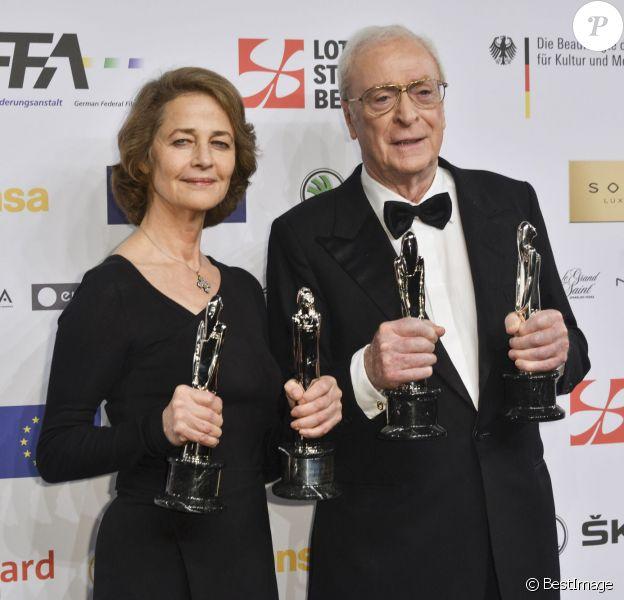 """Charlotte Rampling (Meilleure actrice) et Michael Caine (Meilleur acteur) - Photocall lors de la 28ème cérémonie annuelle des """"European Film Awards"""" à Berlin, le 12 décembre 2015."""